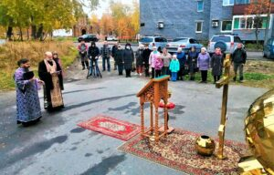 В Кандалакше совершен молитвенный чин на поставление креста на верх крова новосозданной церкви